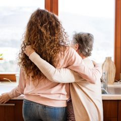 mor og datter. pårørende. kram i køkkenet